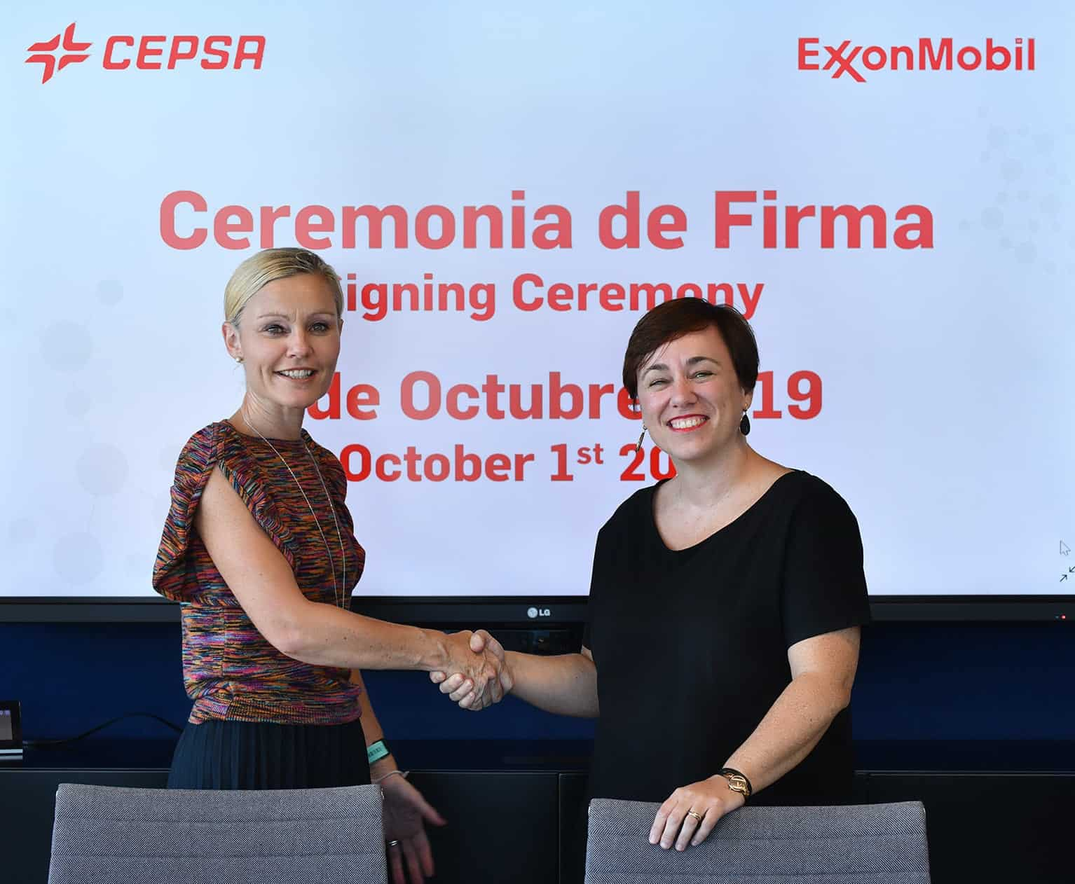 Pamela Skaufel, of Exxon Mobil, and Niurka Sancho, of Cepsa, during the signing of the agreement renewal.